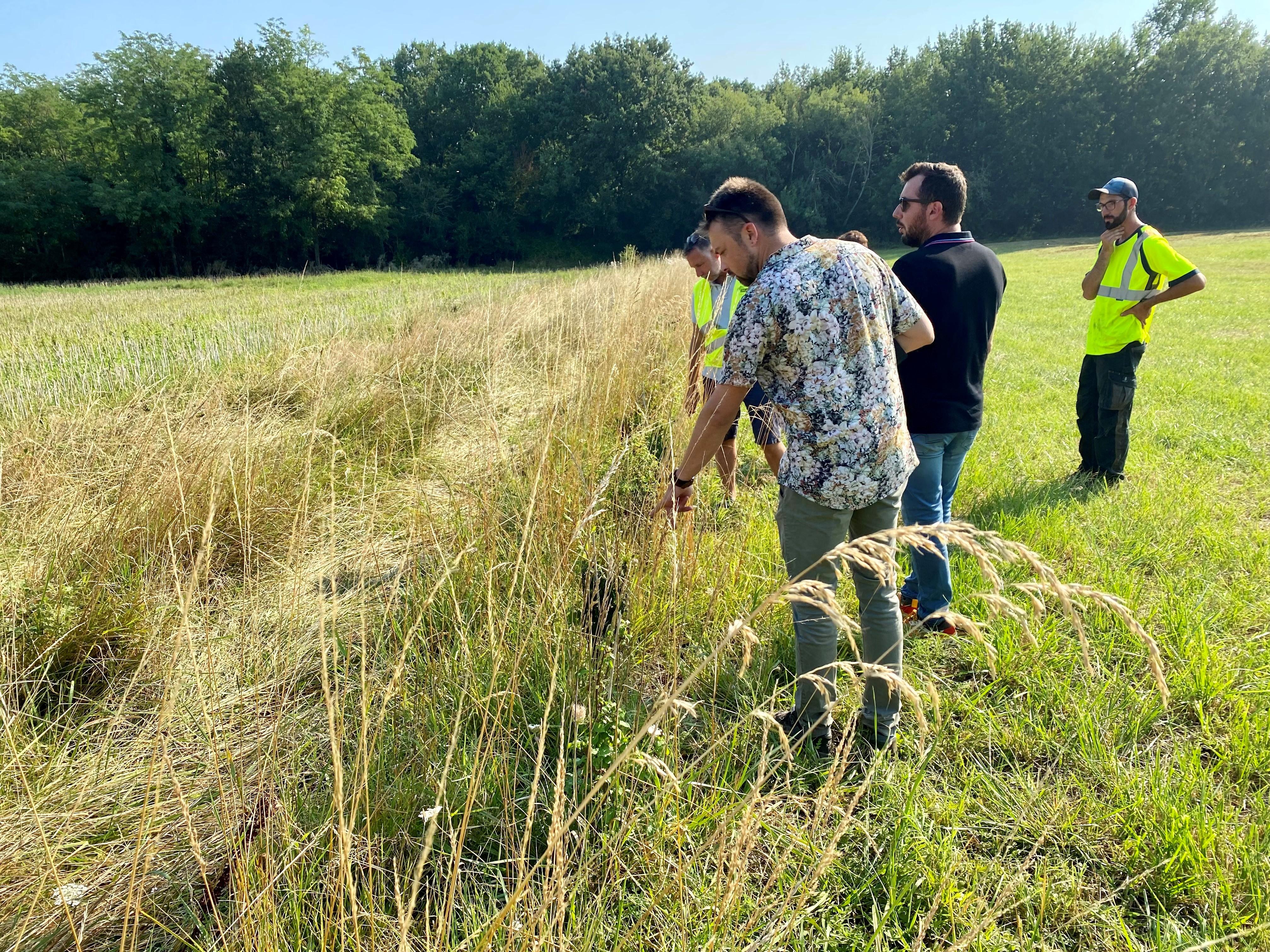 Yann Le Portal de Symbiosphère avec les élèves de l'ALAE MARCEL PAGNOL pour un petit cours sur la biodiversité